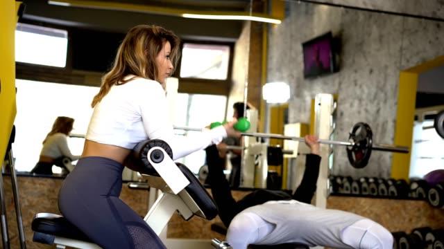 Freunde, die gemeinsam im Fitnessstudio arbeiten – Video