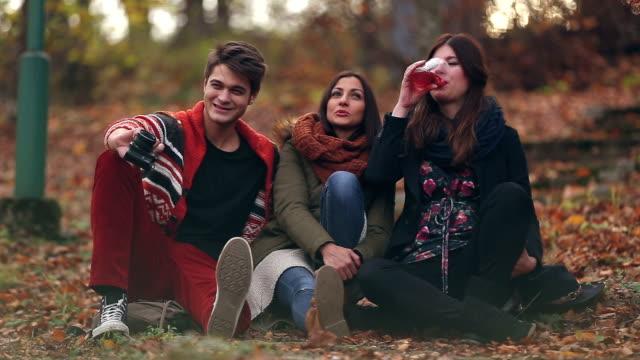 vídeos y material grabado en eventos de stock de otoño de amistad y beber - moda de otoño