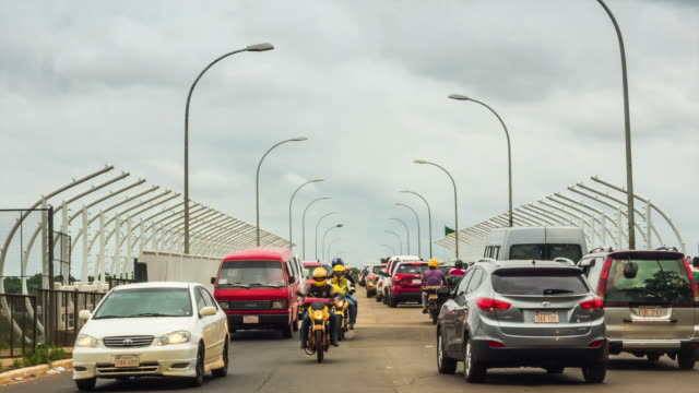 дружба моста (ponte da amizade) смежные бразилия, парагвай, замедленная съемка - парагвай стоковые видео и кадры b-roll