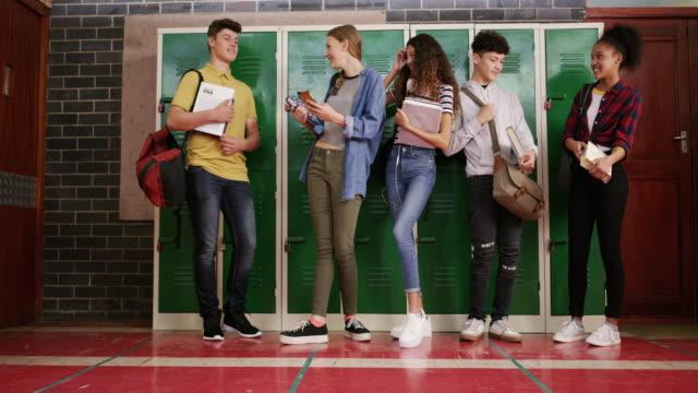 stockvideo's en b-roll-footage met vriendschappen gevormd in het laatste jaar van de middelbare school - schooljongen