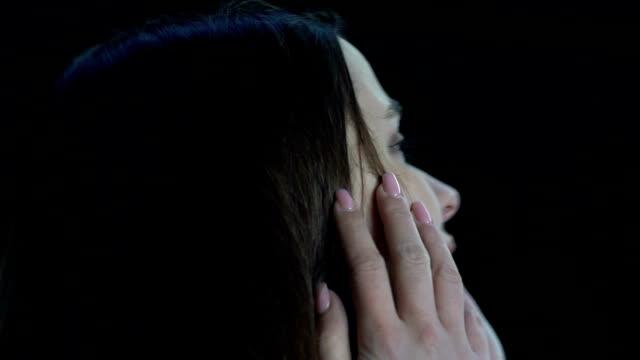 vídeos y material grabado en eventos de stock de mujer asustada llorando, sin poder mirar alrededor, accidente de tráfico, cámara lenta - human trafficking