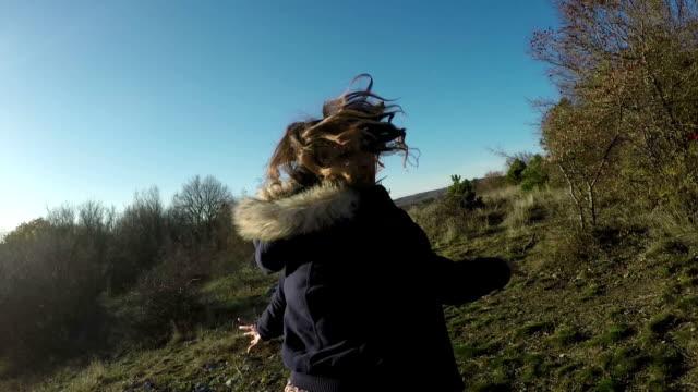 испуганный, испуганный девочка running away - сбежавший из дома стоковые видео и кадры b-roll