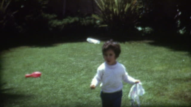 frisbee backyard 1960 er jahre - montage filmtechnik stock-videos und b-roll-filmmaterial