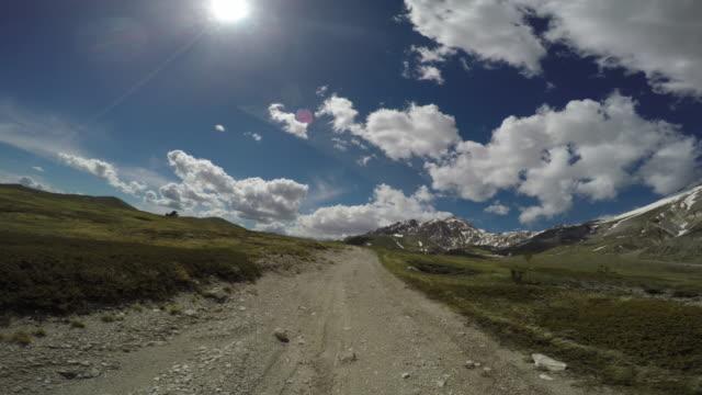 pov fuoristrada 4x4 auto che guida su un passo di montagna - passo montano video stock e b–roll