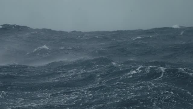 von einem boot segeln in einer stürmischen seegang - rau stock-videos und b-roll-filmmaterial