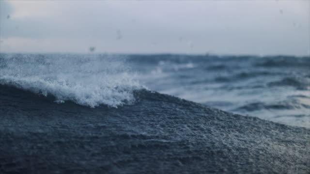 vídeos y material grabado en eventos de stock de de un barco que navega en un mar tormentoso - marea