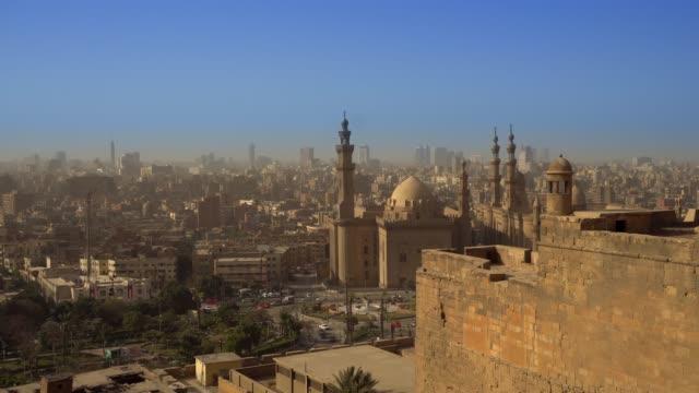från ovan utsikt över moskéer av sultan hassan och al-rifai. - moské bildbanksvideor och videomaterial från bakom kulisserna