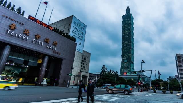 夜、台湾、中国の台北市庁舎と台北 101 タワーの夕暮れから夜に, - 政治点の映像素材/bロール