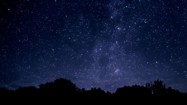 dalla notte alla mattina - cielo stellato video stock e b–roll