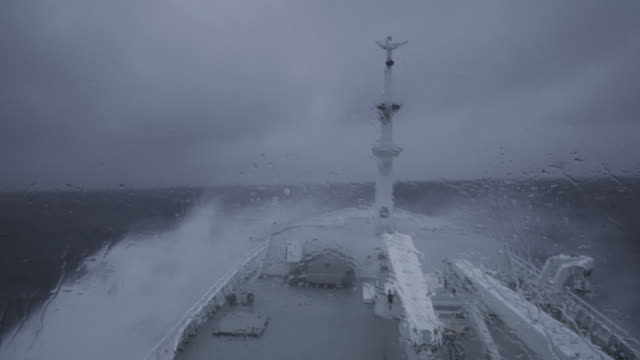 vídeos de stock e filmes b-roll de from the bridge of a fishing boat in a stormy sea - navio