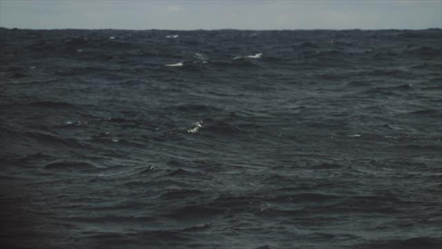 Aus dem Portholmfenster eines Schiffes: Ruhiges Meer – Video