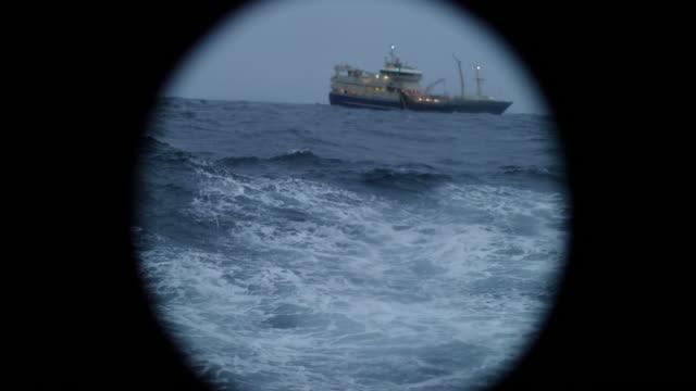 荒れた海で船の舷窓ウィンドウから ビデオ