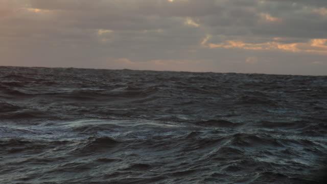 Aus dem Bullaugefenster eines Schiffes in rauer See – Video