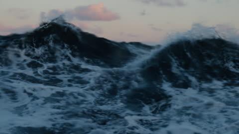 vídeos de stock e filmes b-roll de from the porthole window of a vessel in rough sea - mar