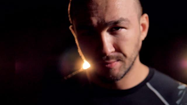 en främre närbild på ett ansikte som manliga mma fighters. - djurhuvud bildbanksvideor och videomaterial från bakom kulisserna