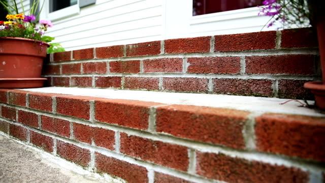 front door stoop rise - sahanlık stok videoları ve detay görüntü çekimi