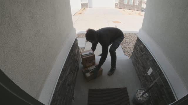 vídeos de stock e filmes b-roll de front porch security camera home front porch burglary - ladrão