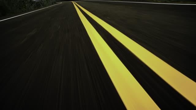 vordere pov ansicht von schnellen auto fahren auf asphaltstraße - asphalt stock-videos und b-roll-filmmaterial