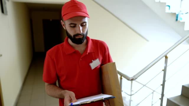 在門鈴上響起的送貨人的前視錄影 - postal worker 個影片檔及 b 捲影像