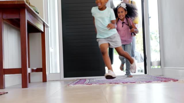 front view of black family entering in the house 4k - widok od przodu filmów i materiałów b-roll
