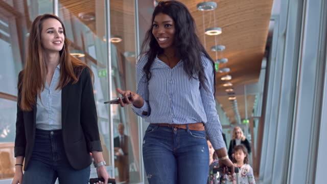 vídeos de stock, filmes e b-roll de vista frontal de passageiros com bagagem no aeroporto - turista