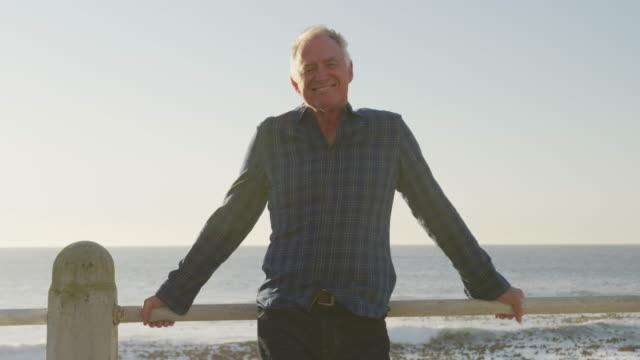 Frontansicht des Seniors vor dem Strand – Video