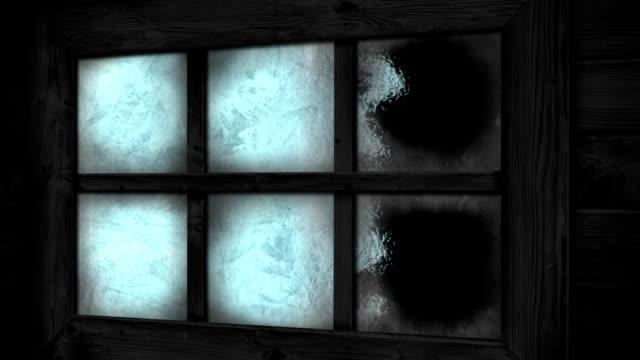 transizione di gelo e ghiaccio sulla finestra della casa - brina ghiaccio video stock e b–roll