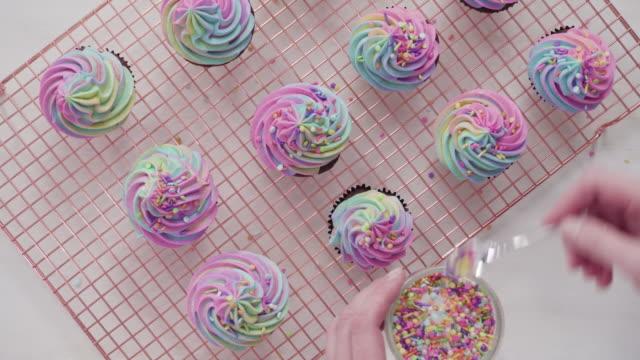 フロスティングユニコーンチョコレートカップケーキ - カップケーキ点の映像素材/bロール