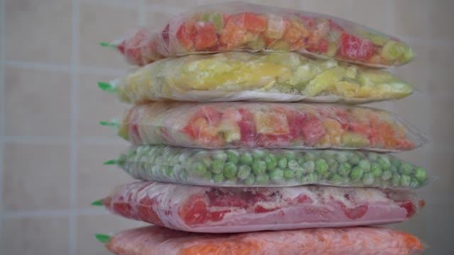 frozen foods recipes vegetables in bags - замороженные продукты стоковые видео и кадры b-roll