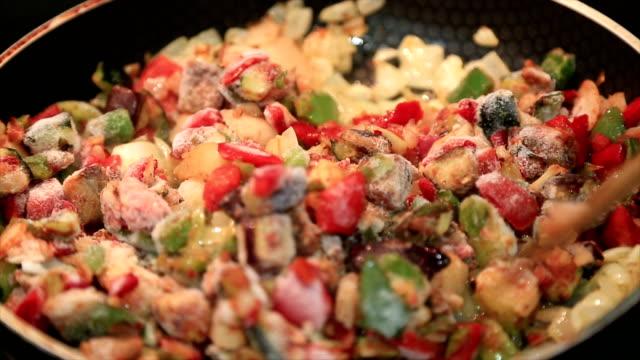 Légumes congelés dans une marmite de cuisson - Vidéo