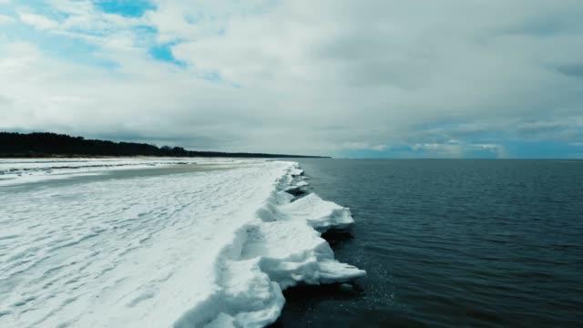 vídeos de stock, filmes e b-roll de beira-mar congelada no inverno - países bálticos