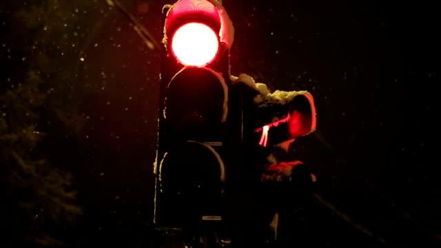 stockvideo's en b-roll-footage met bevroren verkeerslichten - dwarsweg