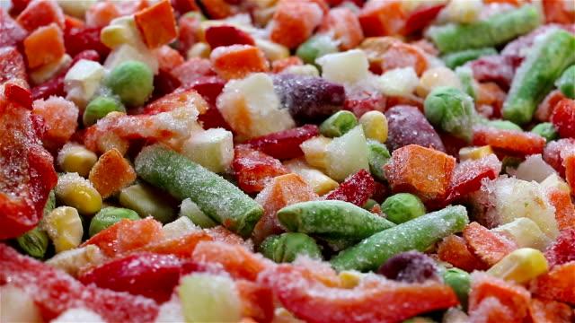vidéos et rushes de légumes surgelés. mélange mexicain. macro. - glacé