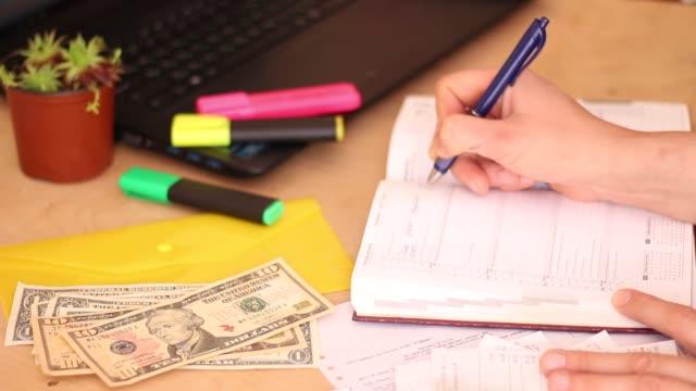 sparsam leben. familienbudget und geld ausgaben - sparsamer lebensstil stock-videos und b-roll-filmmaterial