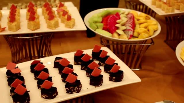 decorare la frutta e dessert per una festa di matrimonio, dolly shot - antipasto video stock e b–roll
