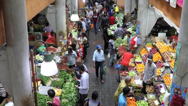 fruit and vegetable market in port louis - mauritius - video di bancarella video stock e b–roll