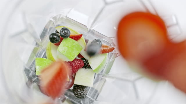 slo mo fruit being added into the blender - smoothie filmów i materiałów b-roll