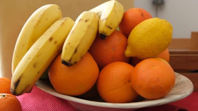 vídeos de stock e filmes b-roll de fruit bowl in the kitchen - saladeira