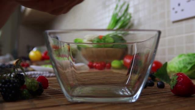 vídeos de stock, filmes e b-roll de preparação da bacia da fruta - parte 1 - adicionando a morango na bacia - fruit salad
