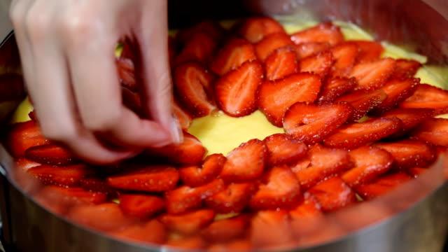fruit cake: sponge cake with strawberries and with gentle cream. - nadziewany placek filmów i materiałów b-roll