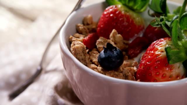 vídeos de stock e filmes b-roll de fruit cereal in a bowl 4k - saladeira
