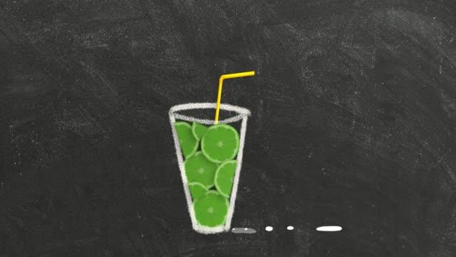 vidéos et rushes de tranches d'agrumes de fruit tombant le verre sur une planche noire. - infusion pamplemousse