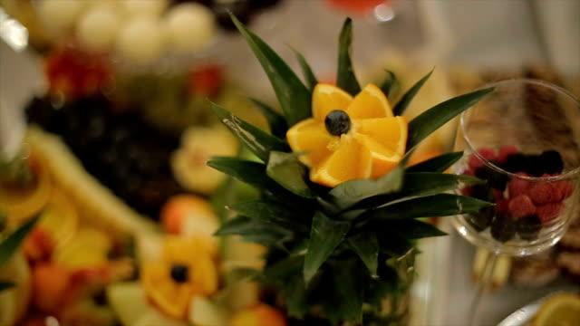 vídeos de stock, filmes e b-roll de decoração de frutas sobre a mesa para as celebrações - fruit salad