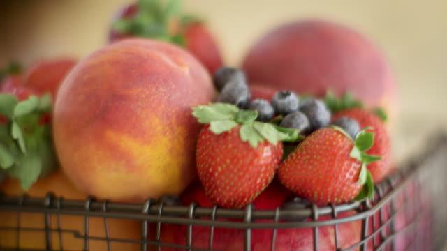 vídeos de stock e filmes b-roll de fruit in a basket - saladeira