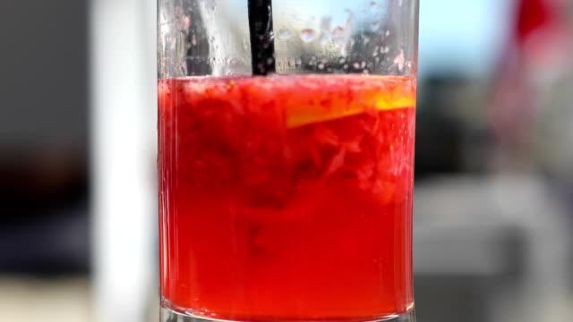 vídeos de stock e filmes b-roll de fruit juice - limonada tradicional