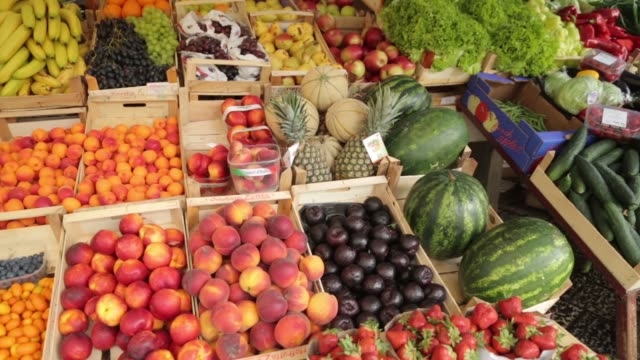fruit market in montenegro, kotor. counter with grapes, peaches and watermelons. - video di bancarella video stock e b–roll