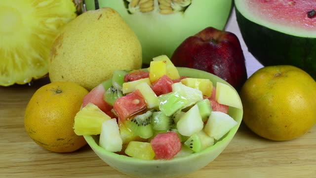 vídeos de stock, filmes e b-roll de salada de frutas - fruit salad