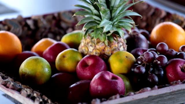 vídeos de stock e filmes b-roll de fruits - saladeira