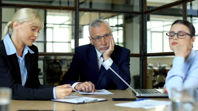 sfrustrowany szef i niezmotywowane pracownice znudzone w biurze, brakuje pomysłów - nuda filmów i materiałów b-roll
