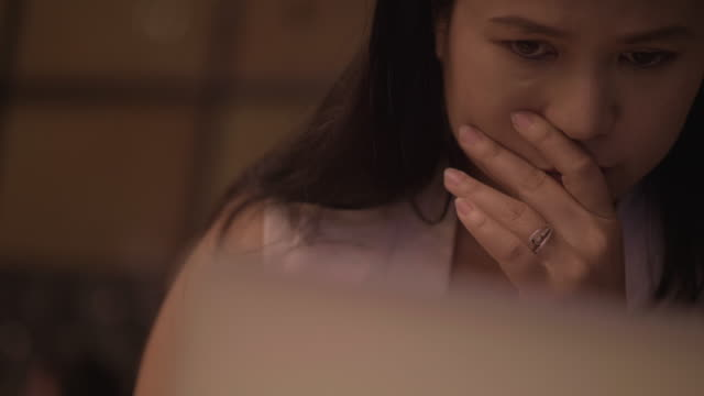 frustrerad affärskvinna som arbetar - fruktan bildbanksvideor och videomaterial från bakom kulisserna